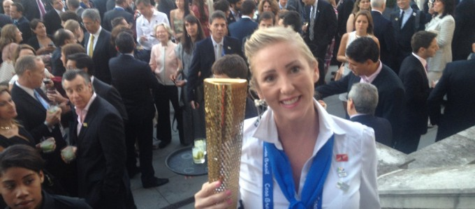 Laura holding the Olympic Torch – Laura segurando a tocha Olympic